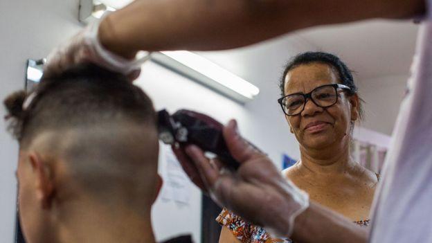 Carmelina diz que pensa em fechar escola de cabeleireiro que abriu há quatro anos