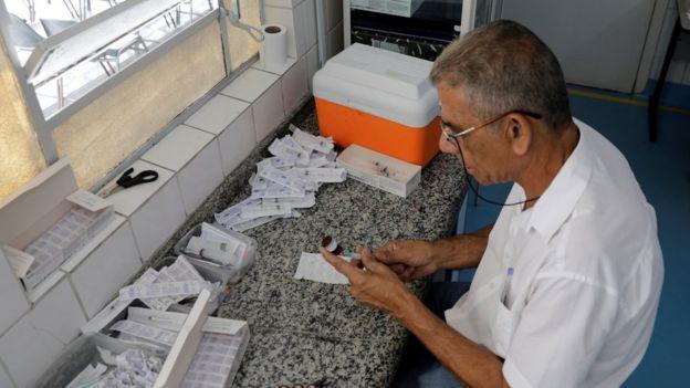 Homem prepara vacina para febre amarela | Direito de imagem REUTERS