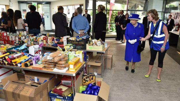 Kraliçe gıda malzemeleri gösteriyor