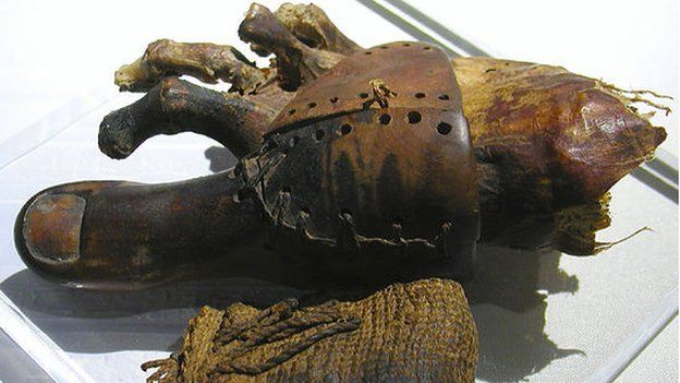 Dedo prostético del Antiguo Egipto hecho de madera y amarrado al pie con cuero.