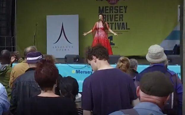 Stephanie Guidera cantando en un escenario