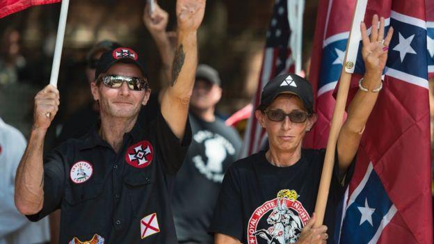Supremacistas blancos en una manifestación que se tornó violenta en Charlottesville, Virginia, en agosto de 2017