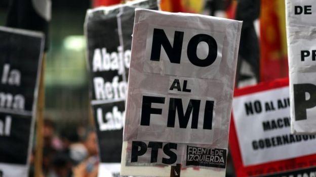 """Cartel de manifestación que dice """"No al FMI"""""""
