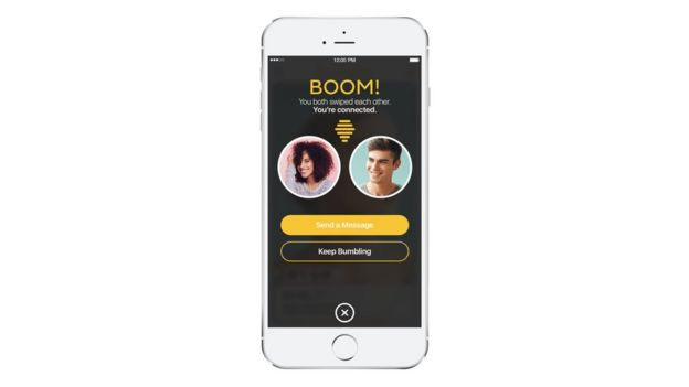 Un celular en el que se ve un match en la app