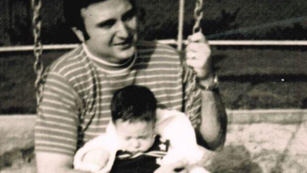 John Vlahos com o pequeno James em um balanço
