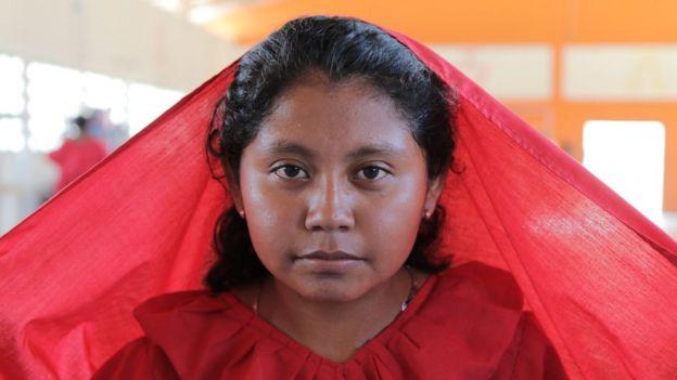 Muchacha vestida de rojo (Foto: Natalio Cosoy/ BBC Mundo)