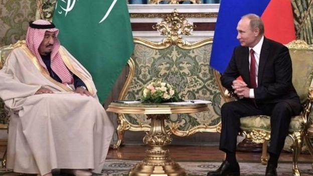 Rei Salman bin Abdulaziz da Arábia Saudita e o presidente russo Vladimir Putin, em Moscou