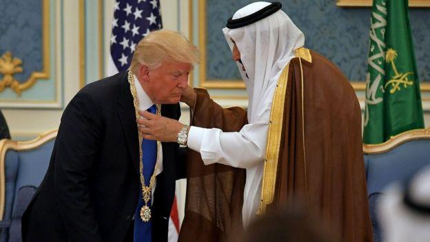 Donald Trump es condecorado por el rey de Arabia Saudita
