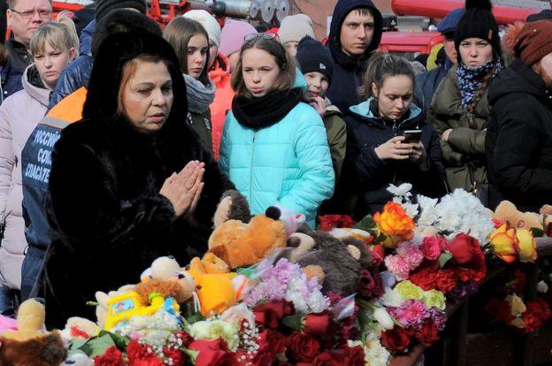 Dolientes cerca del lugar donde ocurrió el incendio en Kemerovo el 26 de marzo de 2018.