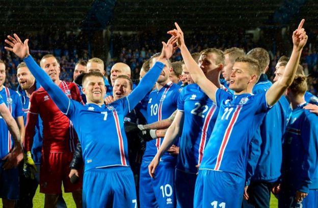 Jugadores de Islandia celebran su clasificación al Mundial