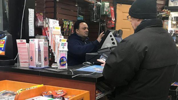 Homem comprando um bilhete