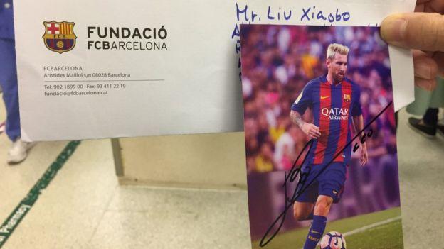 林子健展示梅西寄给他,让他转交刘霞的签名
