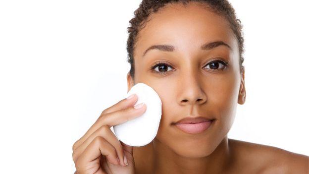 Mulher removendo a maquiagem