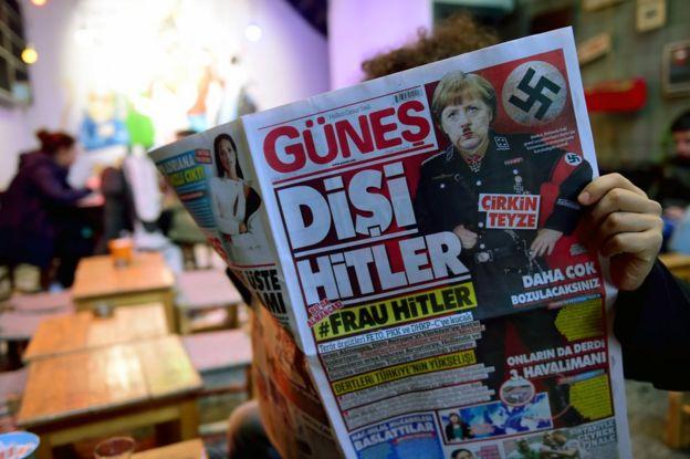 Türkiye ile Almanya arasındaki gerilimin arrtığı günlerde Türk basınında Angela Merkel'i Hitler'e benzeten haberler yayınlanmıştı