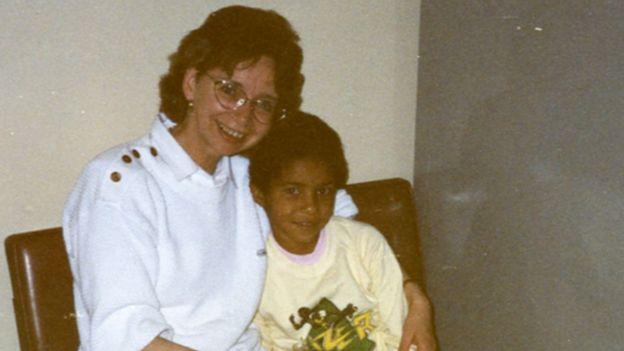 Christina Rickardsson quando criança com a mãe adotiva