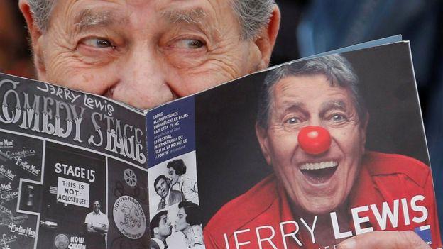 Jerry Lewis con una revista suya.