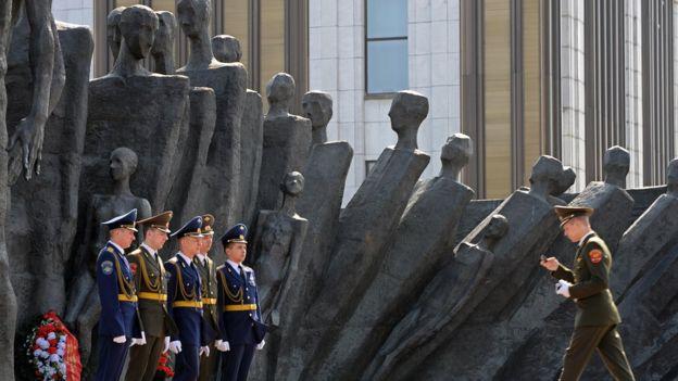 Русские военные у памятники еврейским жертвам ВМВ в Москве. 2009 года.