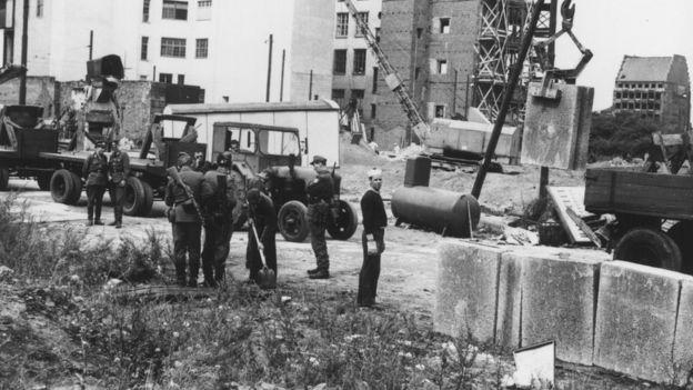 Construcción del muro de Berlín.