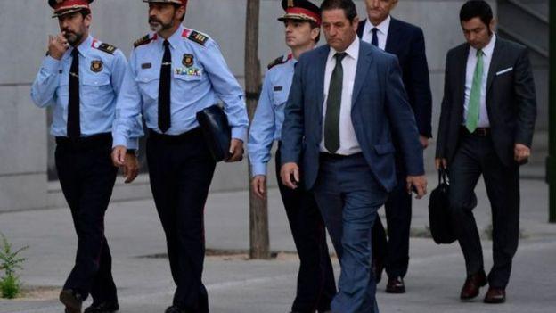 ترابيرو محاطا برجال الشرطة