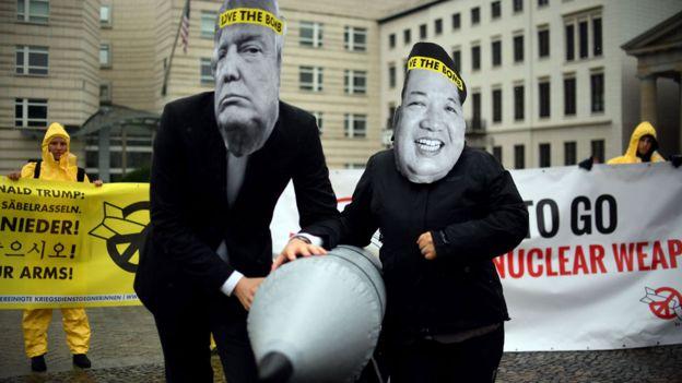 Manifestantes con máscaras de Trump y Kim durante una protesta contra el armamento nuclear en Berlín. GETTY IMAGES.