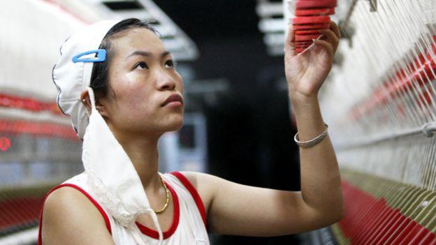 Mujer joven en una fábrica textil en China