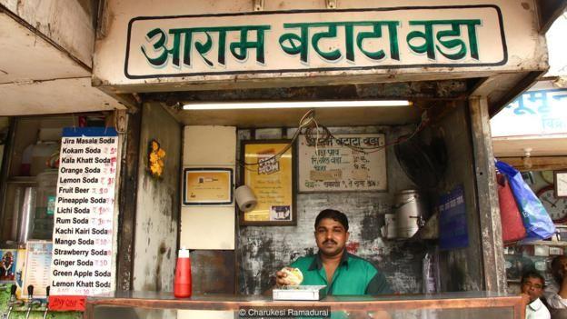 Mỗi nhà hàng đều tuyên bố có một công thức bí mật hoặc một thành phần đặc biệt làm cho vada pav của mình là duy nhất.
