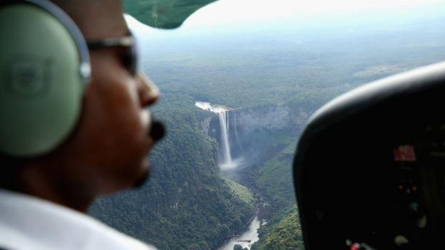 Un piloto sobrevuela la catarata Kaiteur.