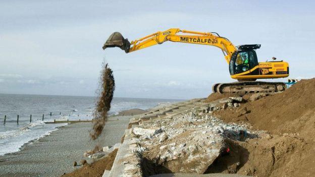 Quebra-mar sendo reconstruído