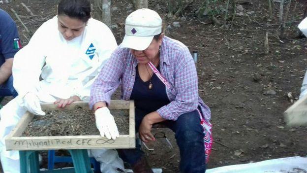 Pérez Rodíguez y una colega tomando muestras en el terreno Foto: gentileza Ciencia Forense Ciudadana