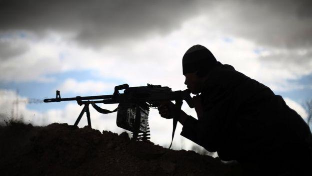 Rebelde sirio que lucha contra el gobierno y Estados Islámico.