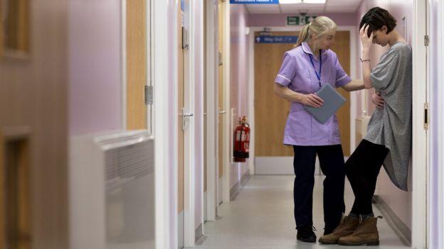 Dos mujeres en hospital.