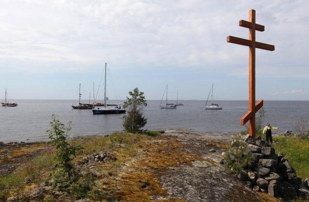 Поминальный крест на месте лагеря в Карелии