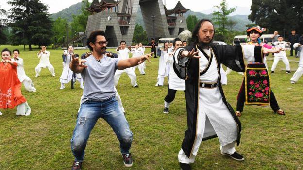 印度國寶級影星阿米爾·汗來到四川成都,開啟了他體驗中國四川行成都站的系列活動。圖為阿米爾·汗學打青城太極拳。