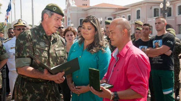 Michele e seu marido recebem condecoração póstuma do filho