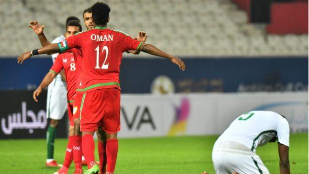 لاعبو المنتخب العماني يحتفلون بعد المباراة