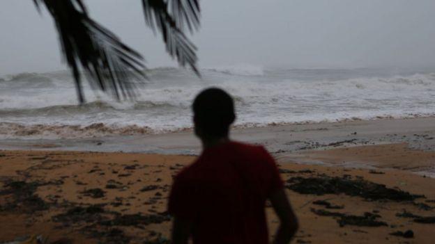 niño mira el mar picado