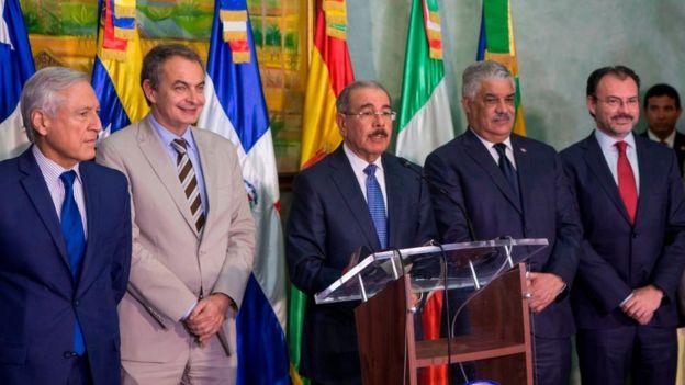 El presidente de República Dominicana, Danilo Medina, junto a los acompañantes al diálogo entre el gobierno y la oposición de Venezuela.