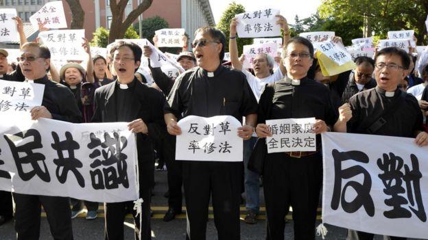 11月17日反对修《民法》的群众聚集在正在审理法案的立法院外手持标语表达抗议。
