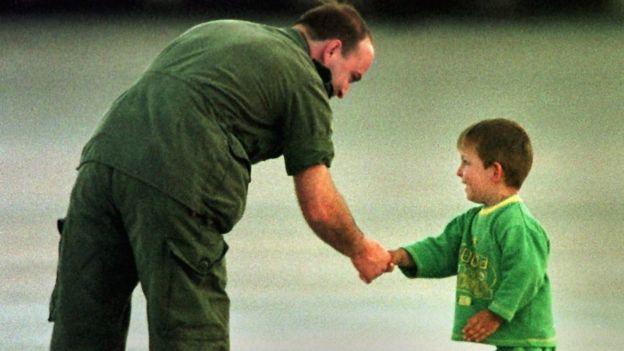 Канадский военный приветствует юного беженца из Косово в 1999 году