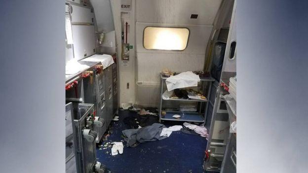 Así quedó la cabina del vuelo 129 en el que un pasajero intentó abrir la puerta de emergencia tras pelearse con dos azafatas y varios pasajeros.