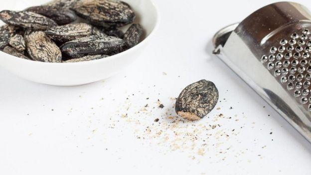 Semillas de tonka y un rallador