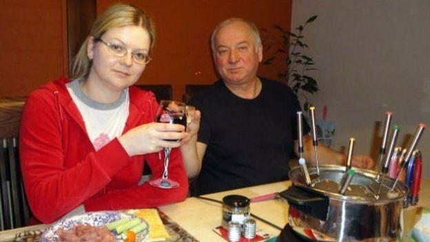 Ông Sergei Skripal và con gái Yulia, ở Salisbury, được phát hiện trong tình trạng bất tỉnh trên ghế nghỉ trong một trung tâm mua sắm ở Salisbury.