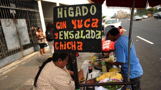 Vendedora de yuca en Lima.