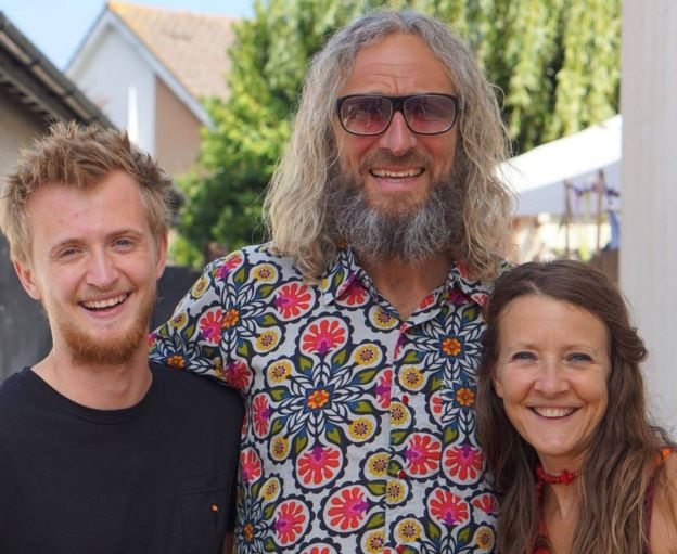Russell Davison (centro) junto a Wendy y su hijo Dylan.