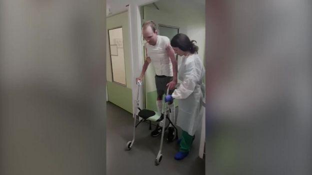 Franck caminha no hospital