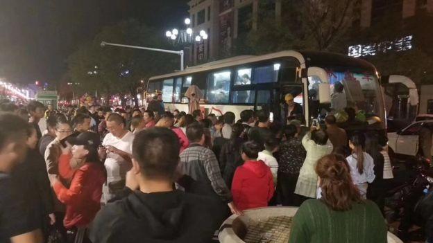 昨晚(27日)10點,榆林市世紀廣場擠滿趕來獻血的市民。