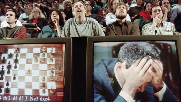 Garry Kasparov jogando contra o computador Deep Blue em 1997
