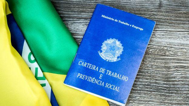 Carteira de trabalho e bandeira do Brasil