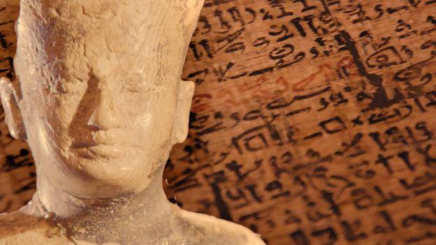 Bức tượng bằng ngà voi cao 3 ich vua Kufu được phát hiện năm 1903 tại Abydos hiện trưng bầy tại Bảo tàng Cairoddax thôi thúc sự tò mò tìm hiểu về chủ nhân của Kim Tự Tháp