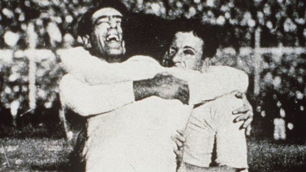 Уругвайцы празднуют победу на ЧМ 1930 года